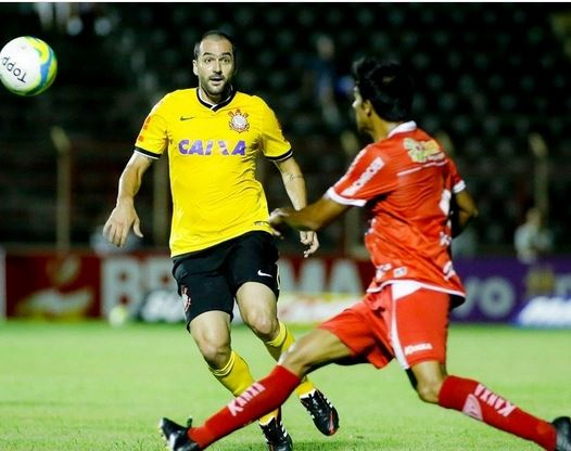 Danilo em ação pelo Corinthians com a camisa amarela